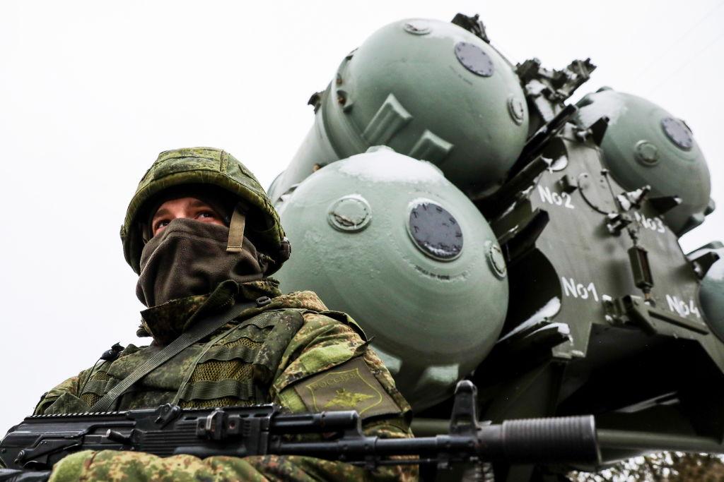 Rusia lansează exerciţii militare vaste în Crimeea. Peste 10.000 de oameni şi 40 de nave de război