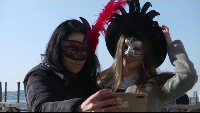 Ritual reînviat de turişti, în Veneţia. De ce poartă măşti în această perioadă