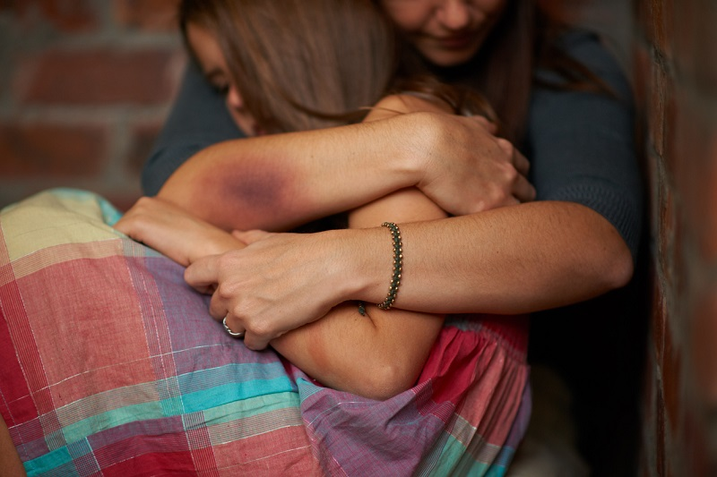 Caz șocant la Torino. Un român și-a violat fiica minoră chiar de față cu soția