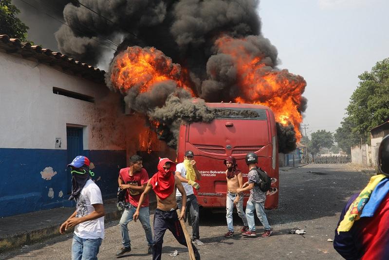 Lupte sângeroase pe camioanele cu ajutoare, în Venezuela. Maduro: