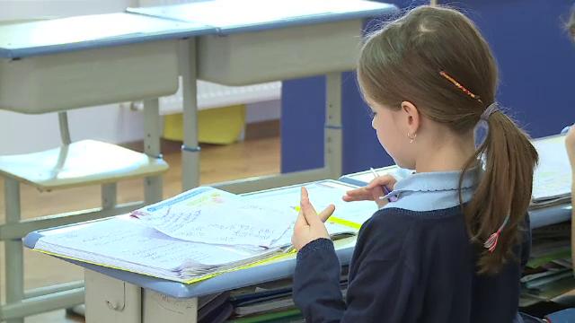 Elevii vor învăţa tot online de luni, când reîncep cursurile după vacanţa de iarnă