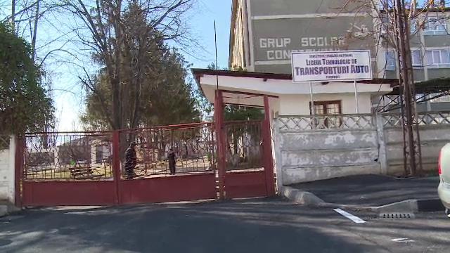 Elev din Târgovişte, umilit de colegi în clasă. Imaginile au ajuns pe internet. VIDEO