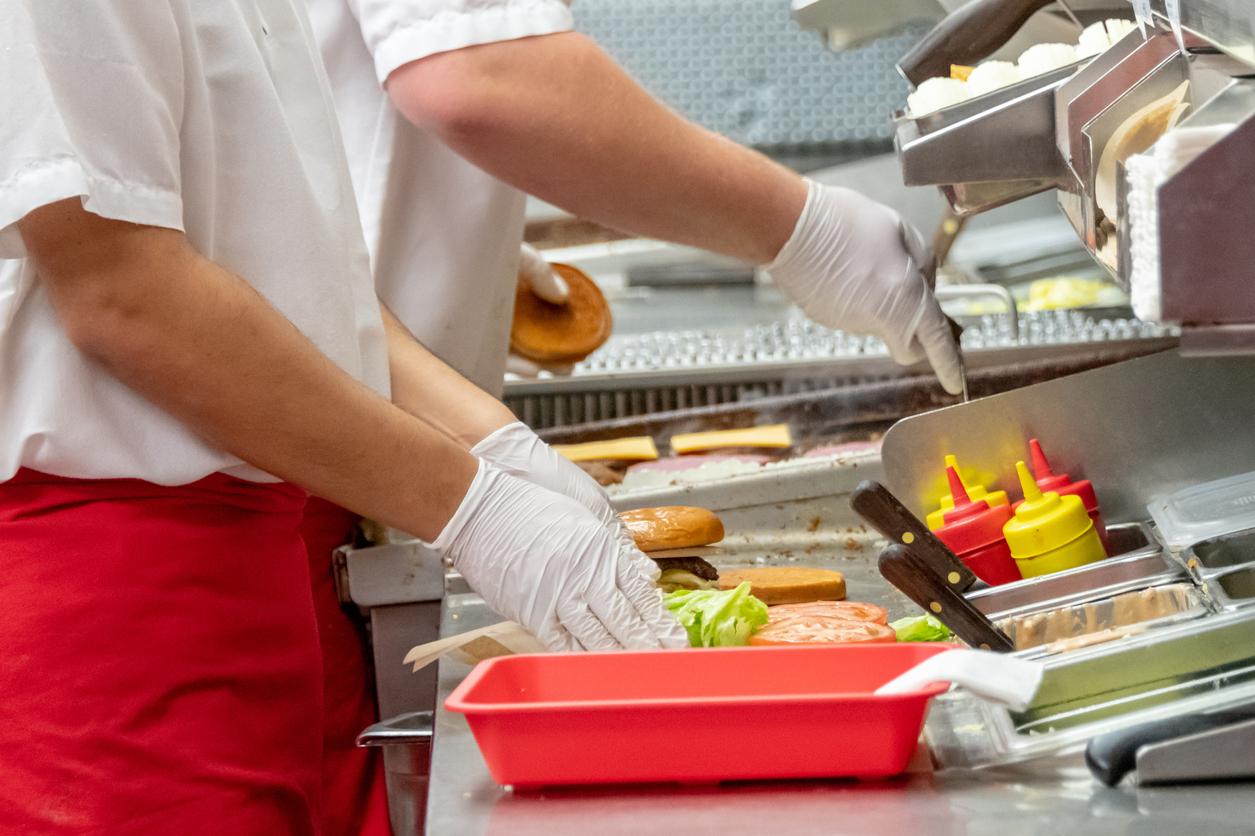 Gestul revoltător făcut de un angajat al unui fast food. A fost concediat imediat