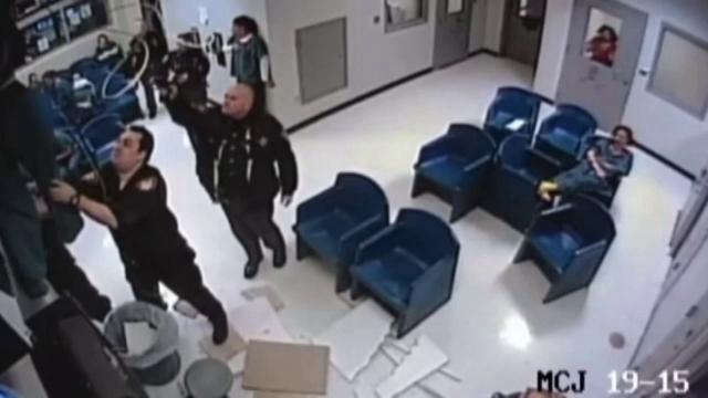 Tentativă de evadare de tot râsul dintr-o închisoare. O femeie a ajuns în coșul de gunoi