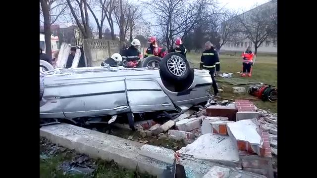 Accident cumplit în Bârlad. Doi tineri au murit după ce mașina lor a retezat un copac