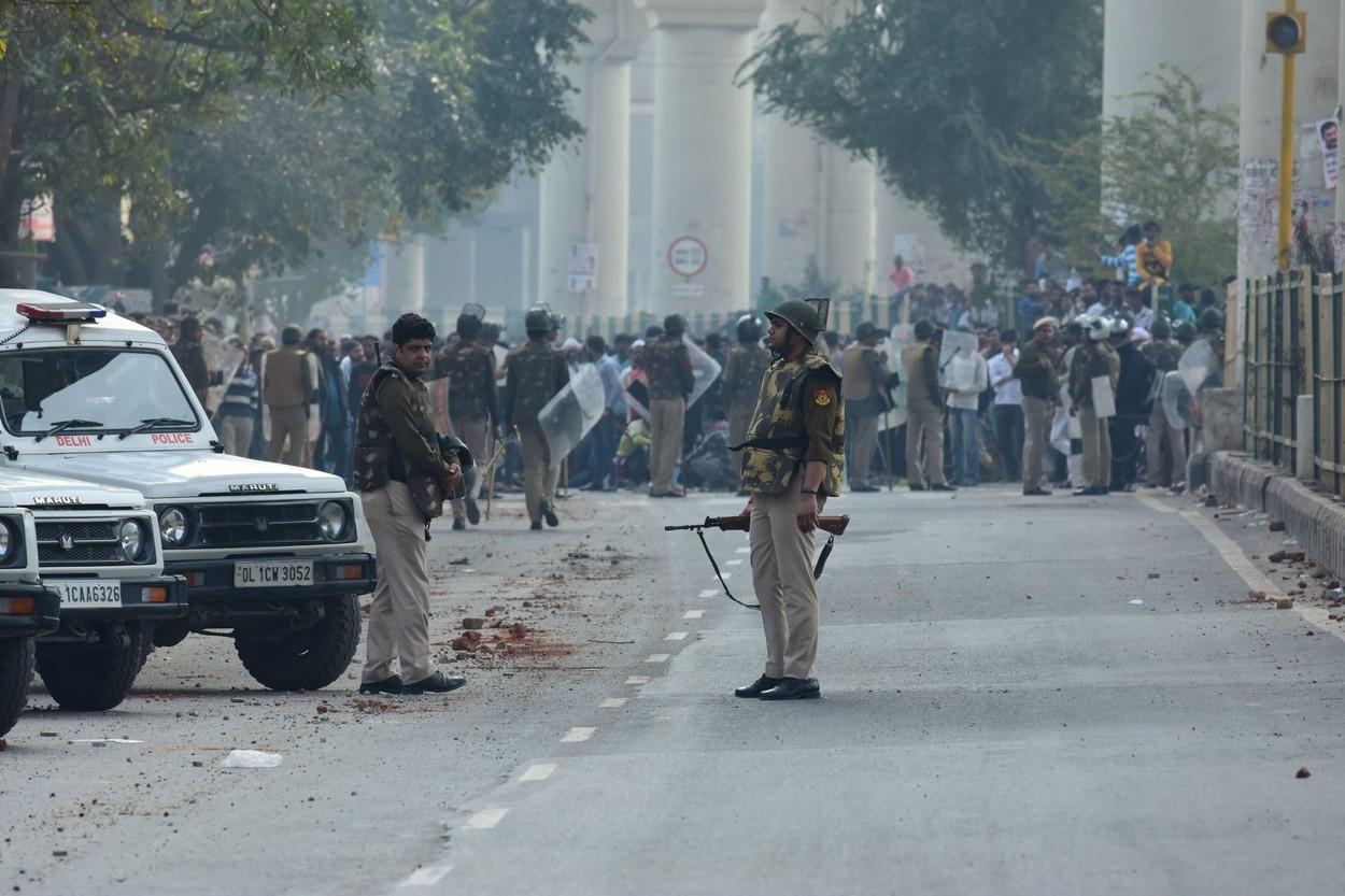 VIDEO. Lupte cu săbii și pistoale la New Delhi. Sunt 23 de morți și peste 200 de răniți