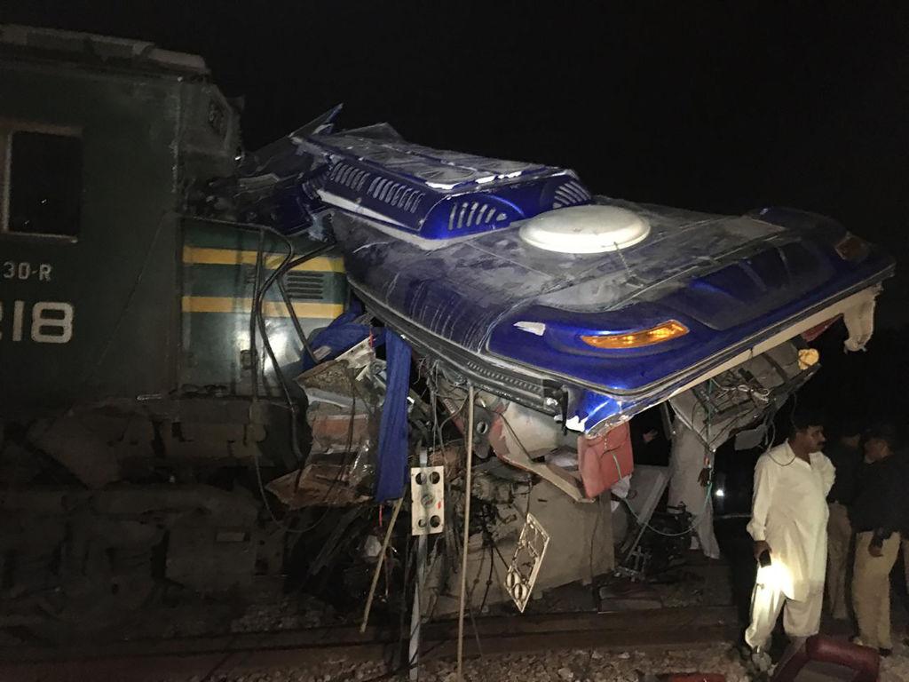Autobuz retezat pe jumătate de tren, în Pakistan: Sunt zeci de morți și răniți