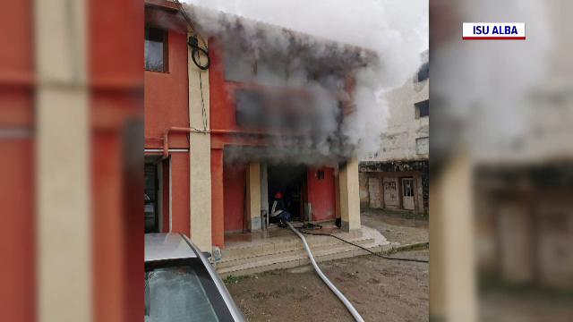 Un cazino a luat foc în Cugir. Pompierii au evacuat un bloc întreg