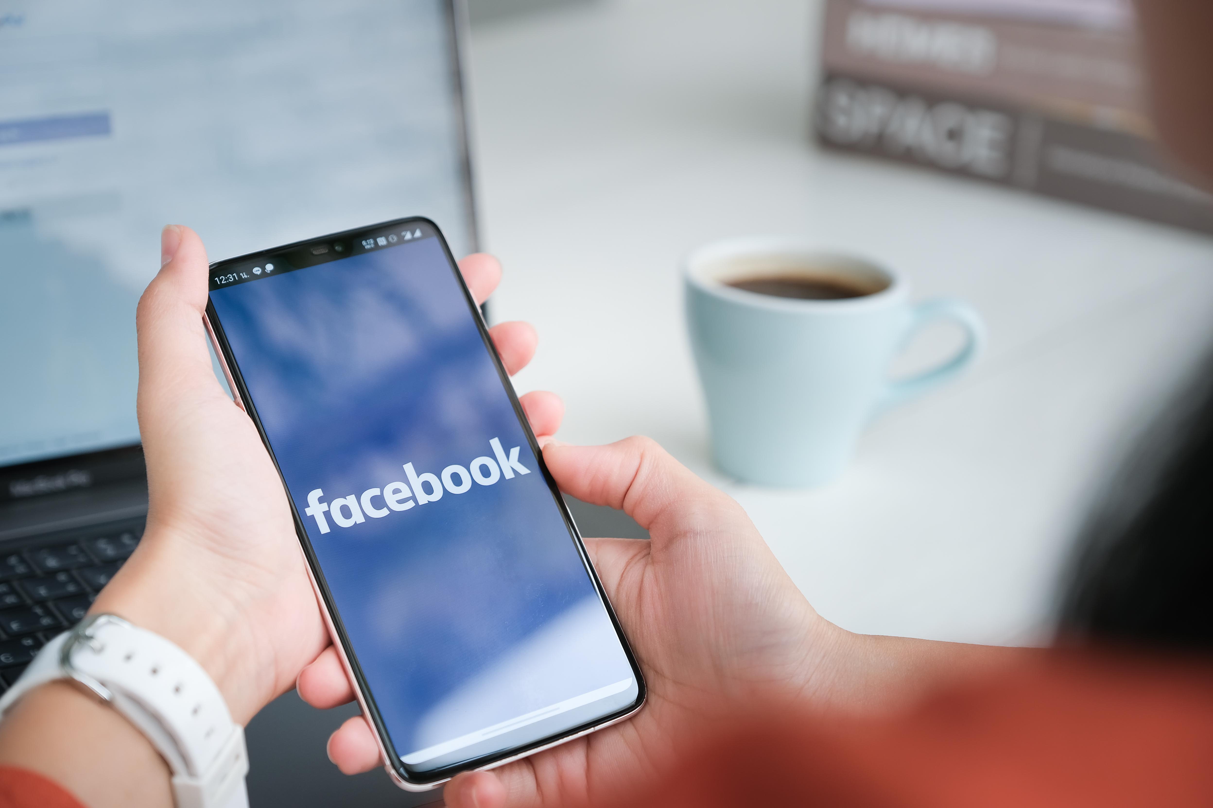 Facebook afişează un mesaj utilizatorilor de iPhone şi iPad prin care le cere acestora să permită colectarea datelor