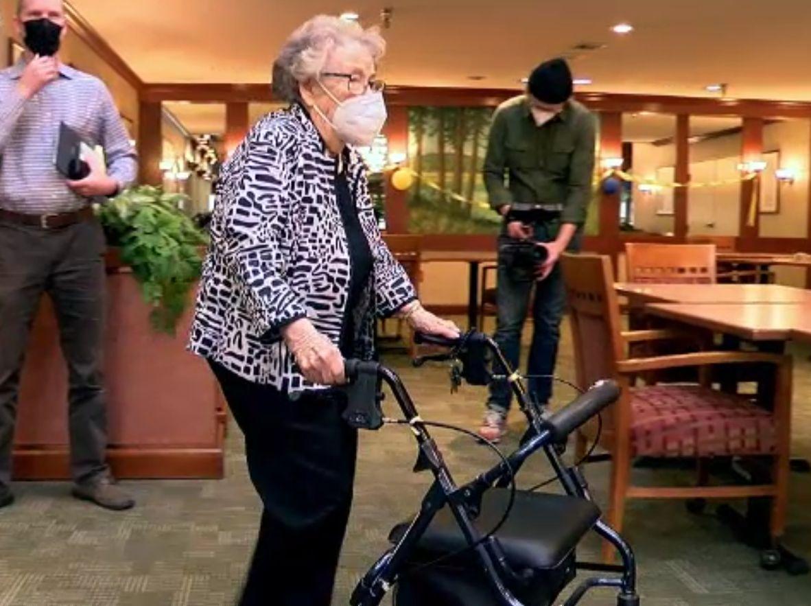O femeie de 103 ani a fost vaccinată anti-COVID. Bernice a supraviețuit epidemiei de gripă spaniolă