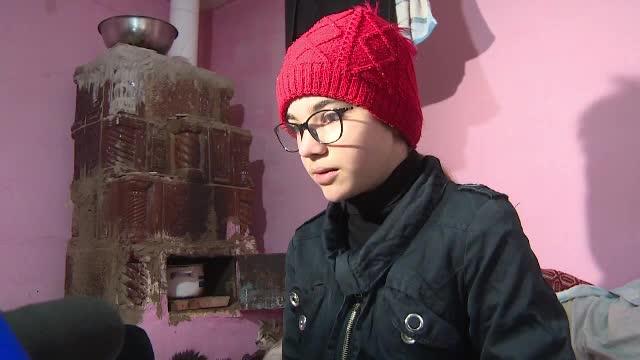 """Caz tulburător în Gorj. O fetiță de 11 ani își dorește de ziua ei doar un braț de lemne: """"Noaptea era foarte frig"""""""