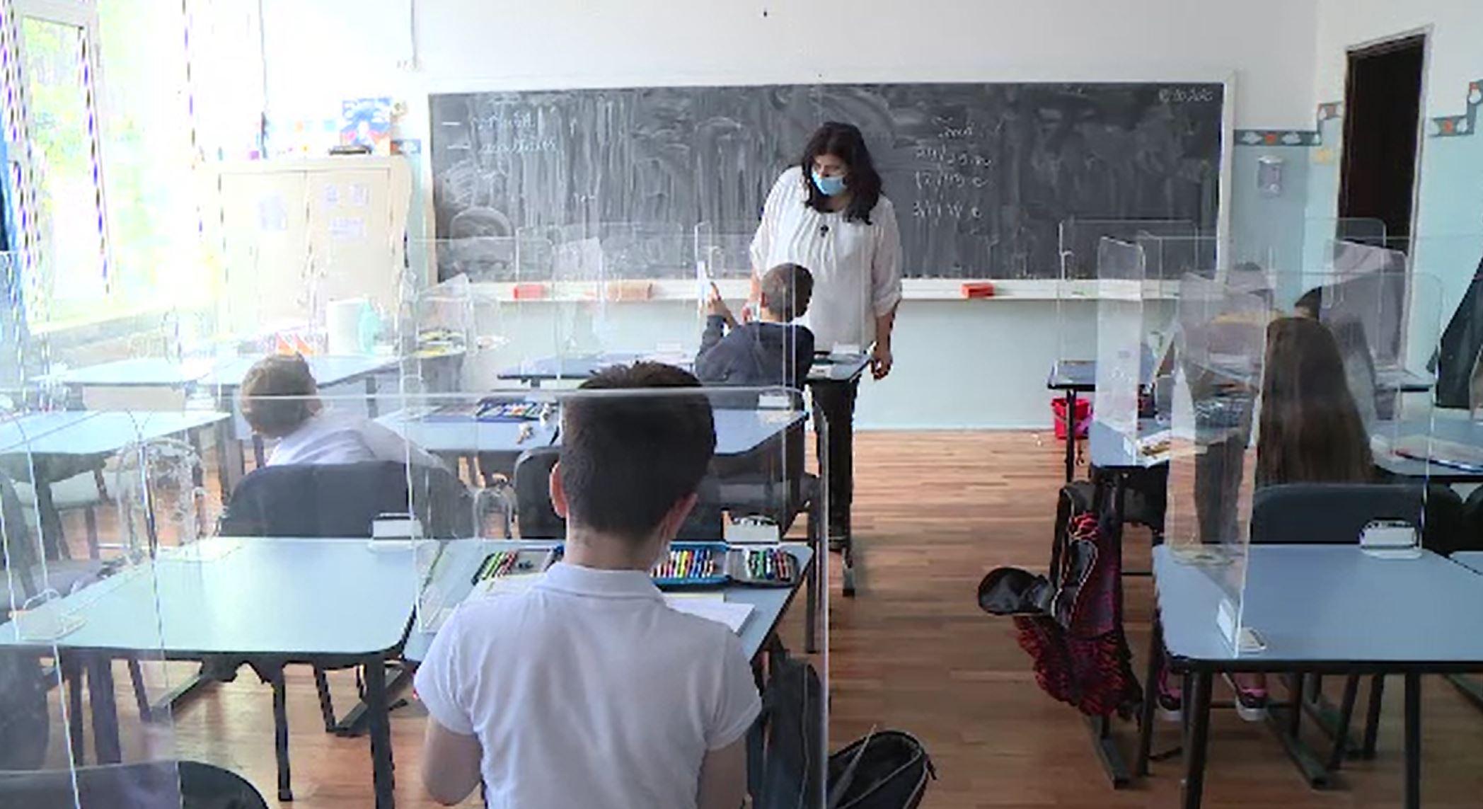 Elevii și profesorii, în ceață înainte de redeschiderea școlilor. Câți copii se vor întoarce în bănci