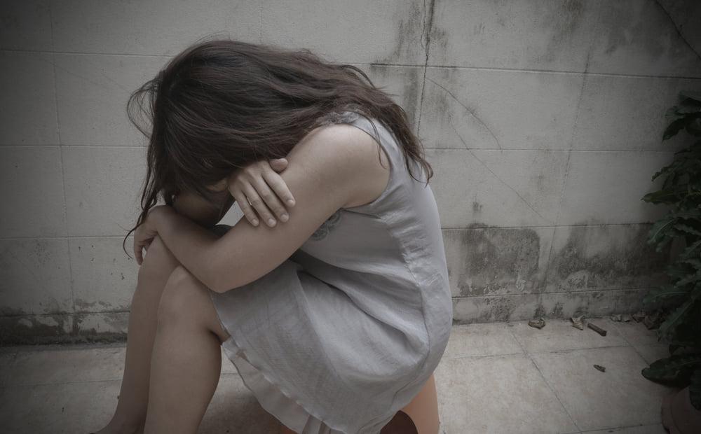 Fată de 14 ani, violată în grup de 8 bărbați într-un bloc din București. Momentele de coșmar prin care a trecut adolescenta