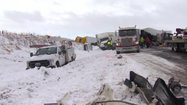 Carambol cu 40 de mașini pe o autostradă din SUA. Mai multe persoane au fost grav rănite