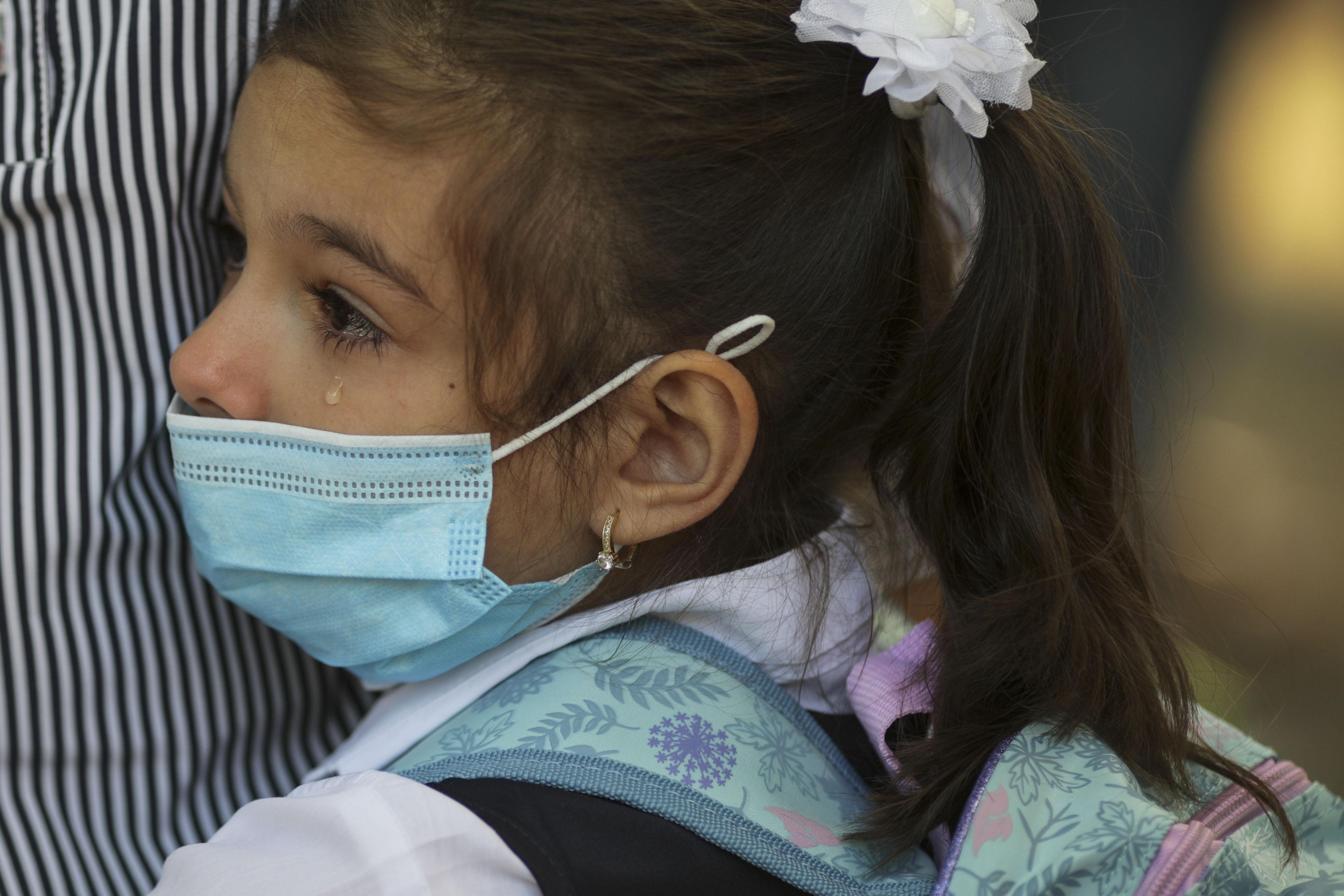 """Guvernul va interzice folosirea măștilor textile în școli: """"Să fie măști de uz medical"""""""