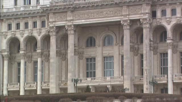 Palatul Parlamentului are nevoie urgentă de reparații. Pe alocuri cad tavanele