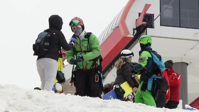 Turiștii s-au înghesuit în stațiunile de munte. Vremea caldă a stricat pârtiile de schi
