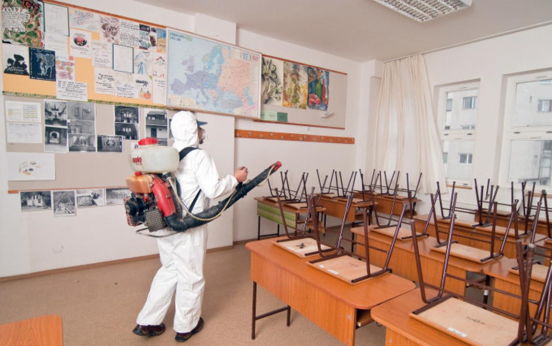 Zi de curăţenie generală în şcolile care de luni vor primi elevi în clase. Lipsa de spațiu, o mare problemă