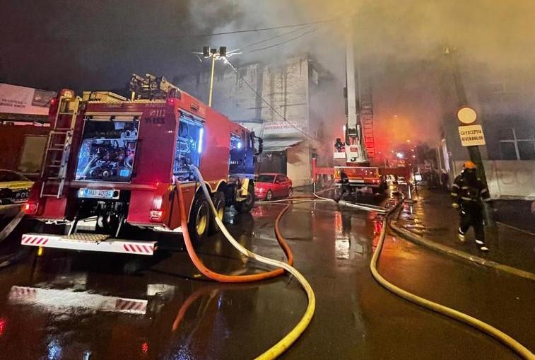 Incendiu puternic în Capitală, în apropiere de Gara de Nord
