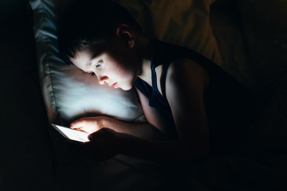 Ce a descoperit o femeie după ce și-a lăsat fiul de 7 ani să se joace pe telefonul ei