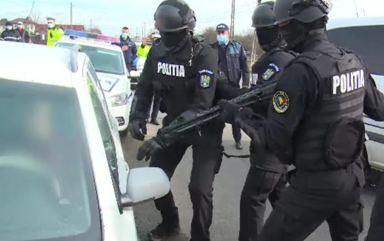 """Un """"suveran om viu"""" oprit de politie s-a blocat in masina. Dupa 2 ore, agentii i-au spart geamul cu pusca"""