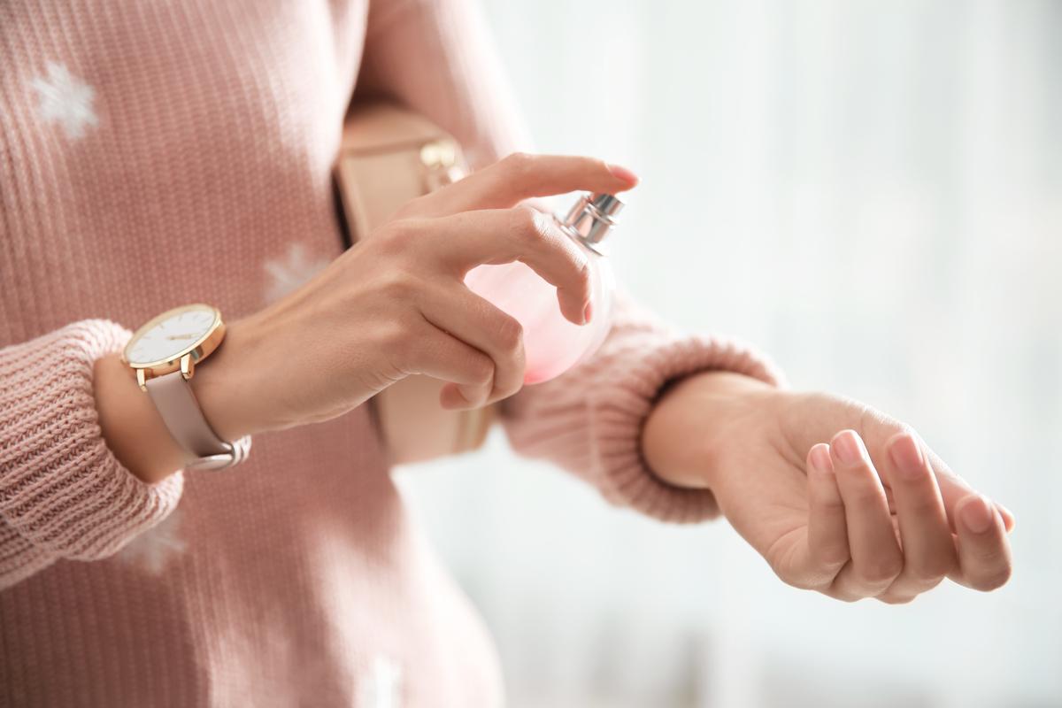 (P) Parfumul tău nu persistă? Află care sunt cele 5 trucuri pe care le poţi încerca!