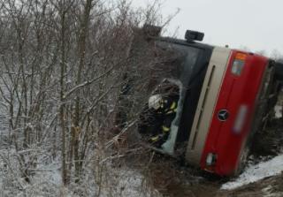Un autocar în care se aflau 16 persoane s-a răsturnat în județul Caraș-Severin. A fost activat Planul Roșu