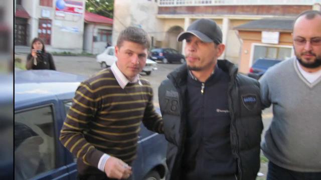 Șapte indivizi sunt acuzați că au păcălit-o pe o femeie de 77 de ani din București să le dea 132.000 de euro. Cum au reușit