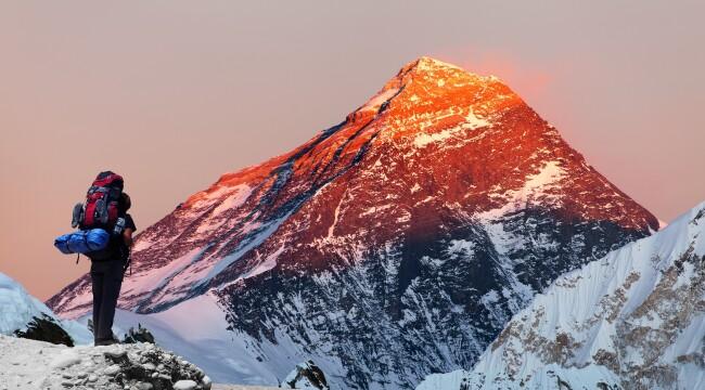 Doi alpinisti au primit interdictie de a vizita Muntele Everest. Incredibil ce au facut