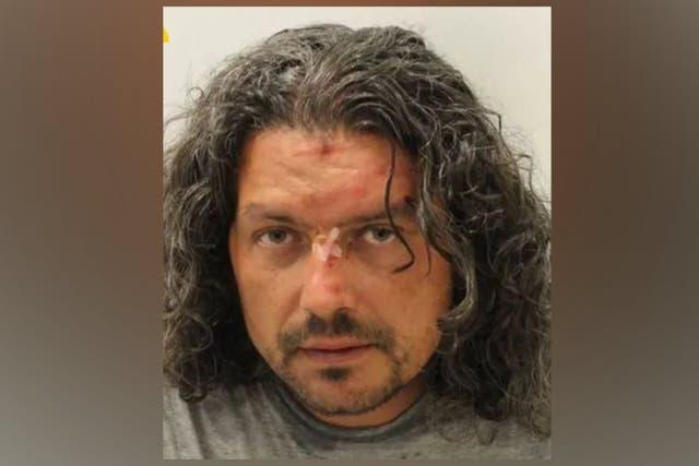 Un român a înjunghiat în față o polițistă din Marea Britanie, cu un pix. Ce pedeapsă a primit