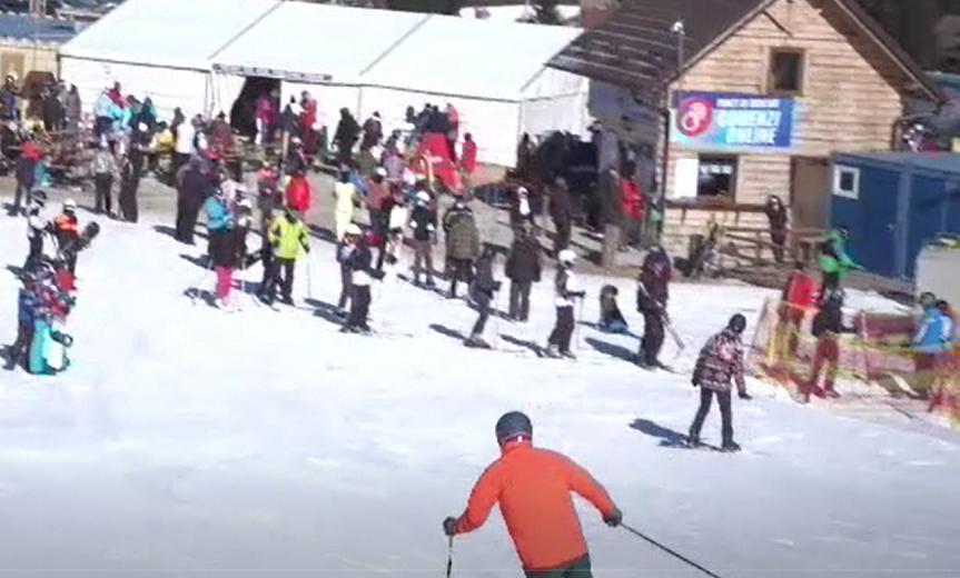 Iubitorii de schi s-au adunat pe pârtii. Aglomerație pe Valea Prahovei, la Păltiniș sau Rânca