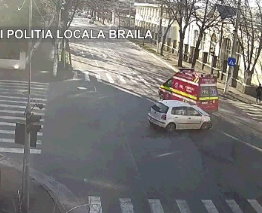 Ambulanță lovită de o șoferiță cu trei copii în mașină, în Brăila