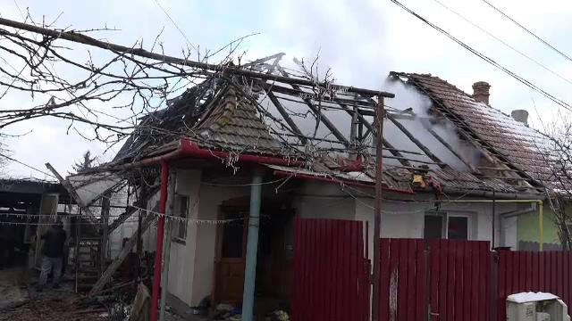 """Mai multe case, cuprinse de flăcări, după ce sobele au fost suprasolicitate din cauza gerului: """"Intra focul de la vecin"""""""