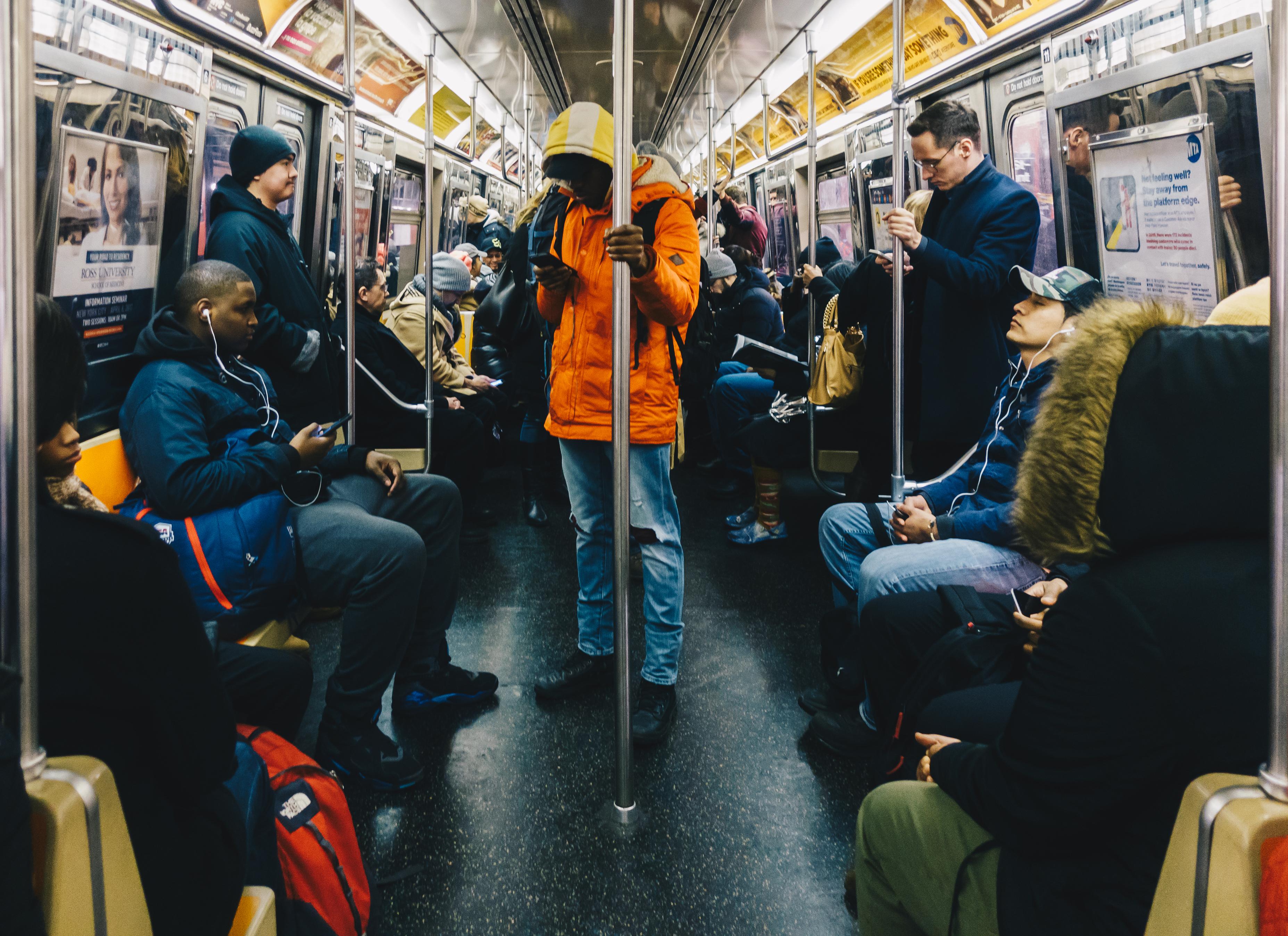 Metroul din New York utilizează voci de celebrităţi pentru a le cere călătorilor să fie precauţi în contextul pandemiei