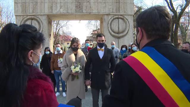 Doi tineri și-au unit destinele la Poarta Sărutului din Târgu Jiu, chiar de Valentine's Day