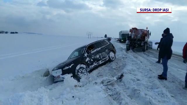 Mașini aruncate în șanț de vântul puternic, pe un drum înzăpezit din Suceava