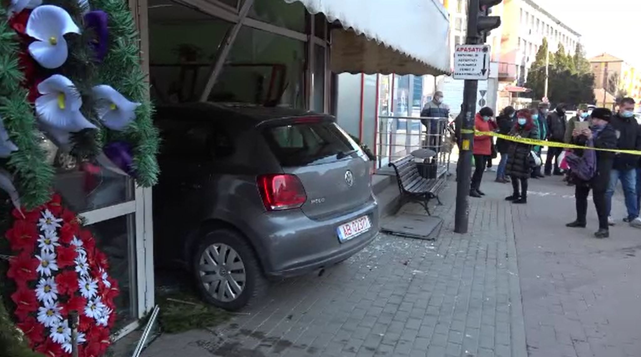 Haos pe o stradă din Alba Iulia. O șoferiță a provocat un accident, după care a intrat cu mașina într-o florărie