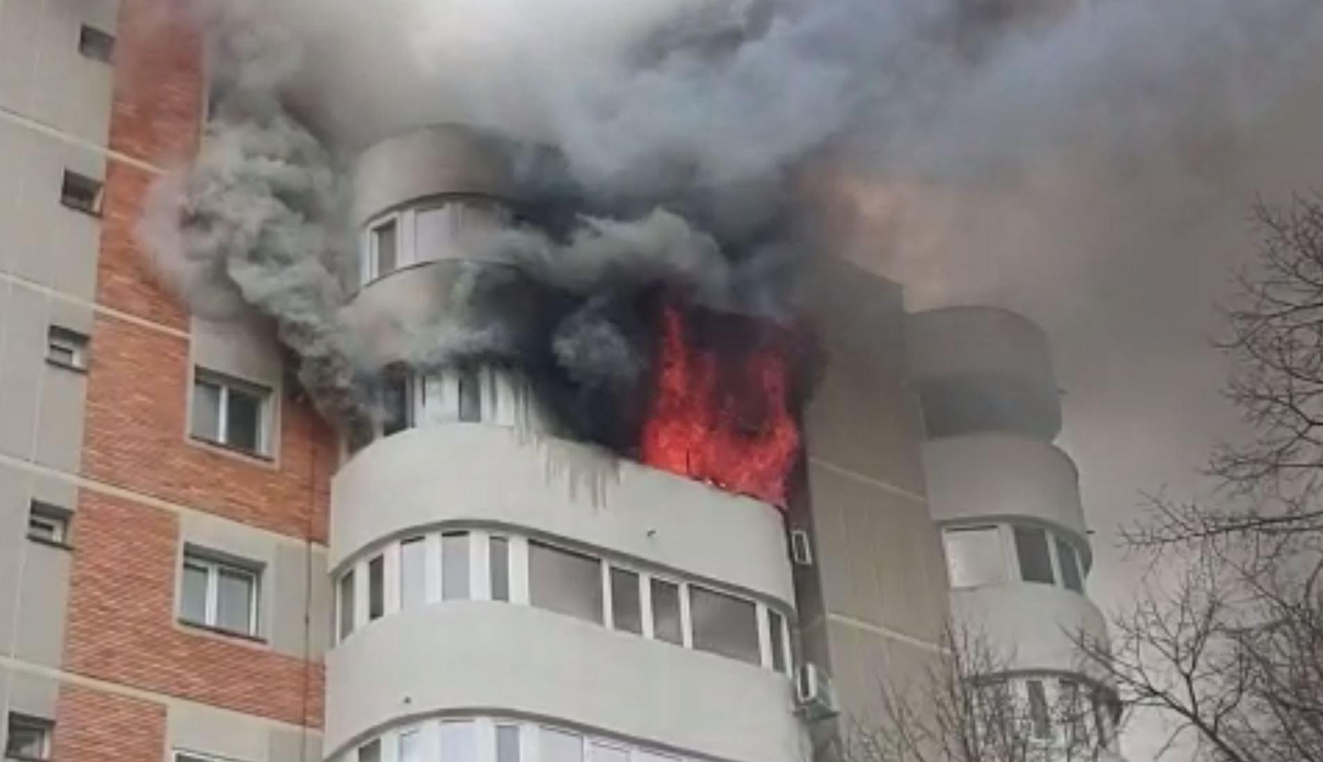 Momente dramatice într-un bloc din Uricani. Două persoane au ieșit pe pervaz la etajul 4, speriate de un incendiu