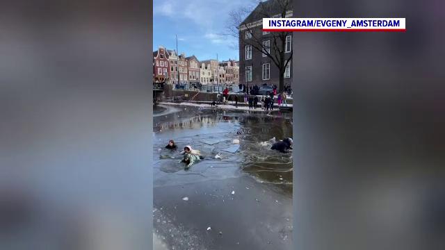 Mai mulți tineri au căzut în apa unui canal din Amsterdam, după ce s-a rupt gheața sub ei