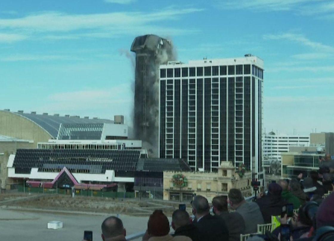 Demolare spectaculoasă. Fostul cazino al lui Trump a fost pus la pământ cu 300 de cartușe de dinamită