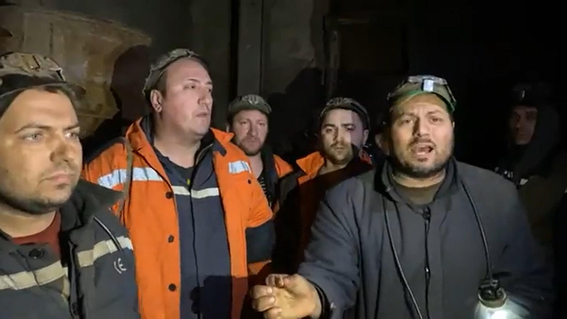Aproape 100 mineri din Lupeni refuză să iasă din subteran de 48 de ore pentru că nu și-au primit salariile