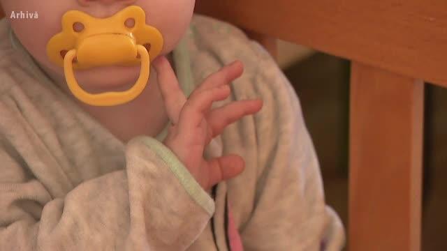 Caz șocant în Botoșani. Un bebeluș ar fi murit pentru că ar fi fost legănat prea tare