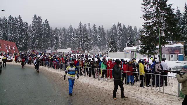 Cozi uriașe pe pârtiile de schi din Brașov, deși județul a intrat în scenariul roșu