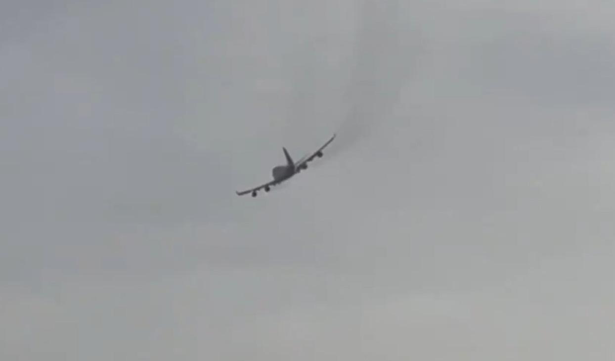 VIDEO. Un avion a pierdut părți din motor după ce a decolat din Maastricht. Bucăți de metal au căzut pe mașini