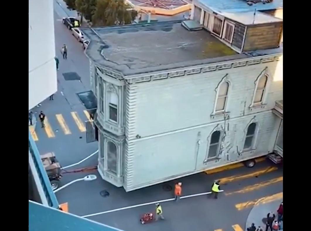 VIDEO. Cum a fost mutată o casă veche de 139 de ani. Operațiunea a costat 400.000 de dolari