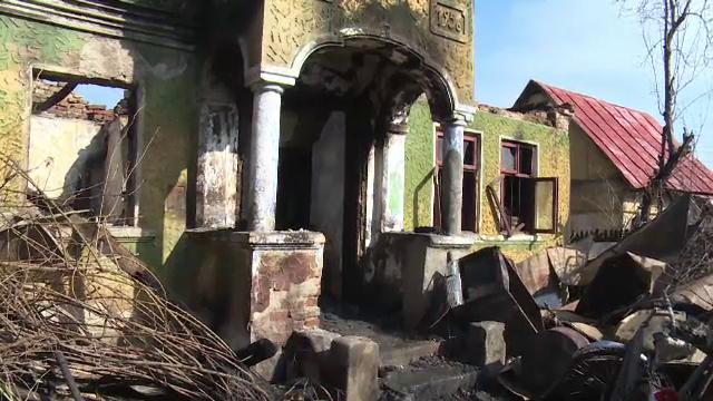 """Un bătrân din Dâmbovița a ars de viu în propria casă. """"Ardea tot satul, nu glumesc"""""""