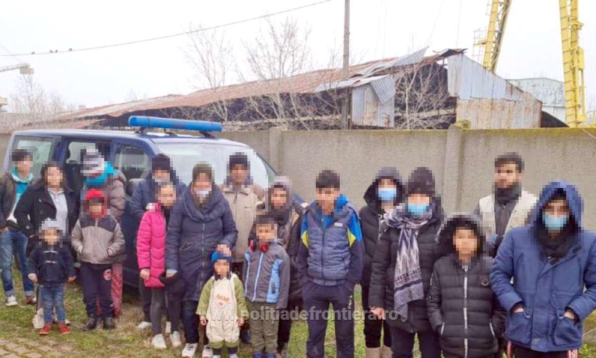 Barcă plină de migranți, dintre care jumătate copii, depistată de polițiști la Porțile de Fier. Cât au plătit călăuzelor