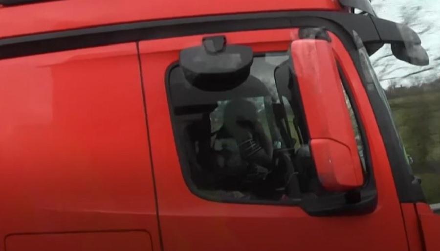 VIDEO. Șofer de camion surprins în timp ce vorbea la două telefoane, fără să țină vreo mână pe volan