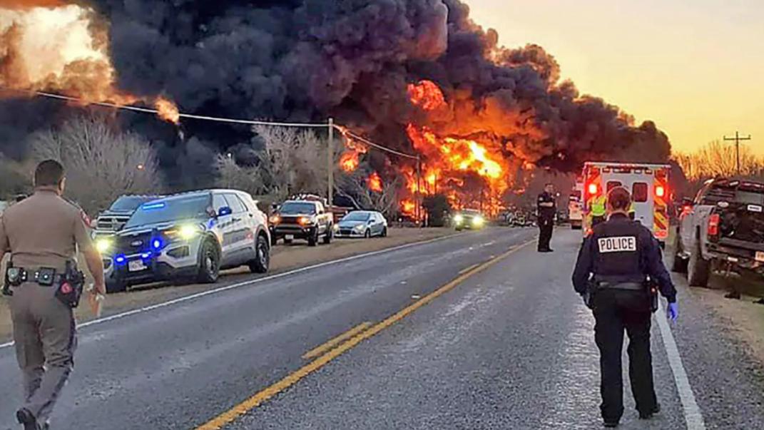 Explozie în SUA, după ce un tren încărcat cu petrol s-a ciocnit cu un TIR. VIDEO