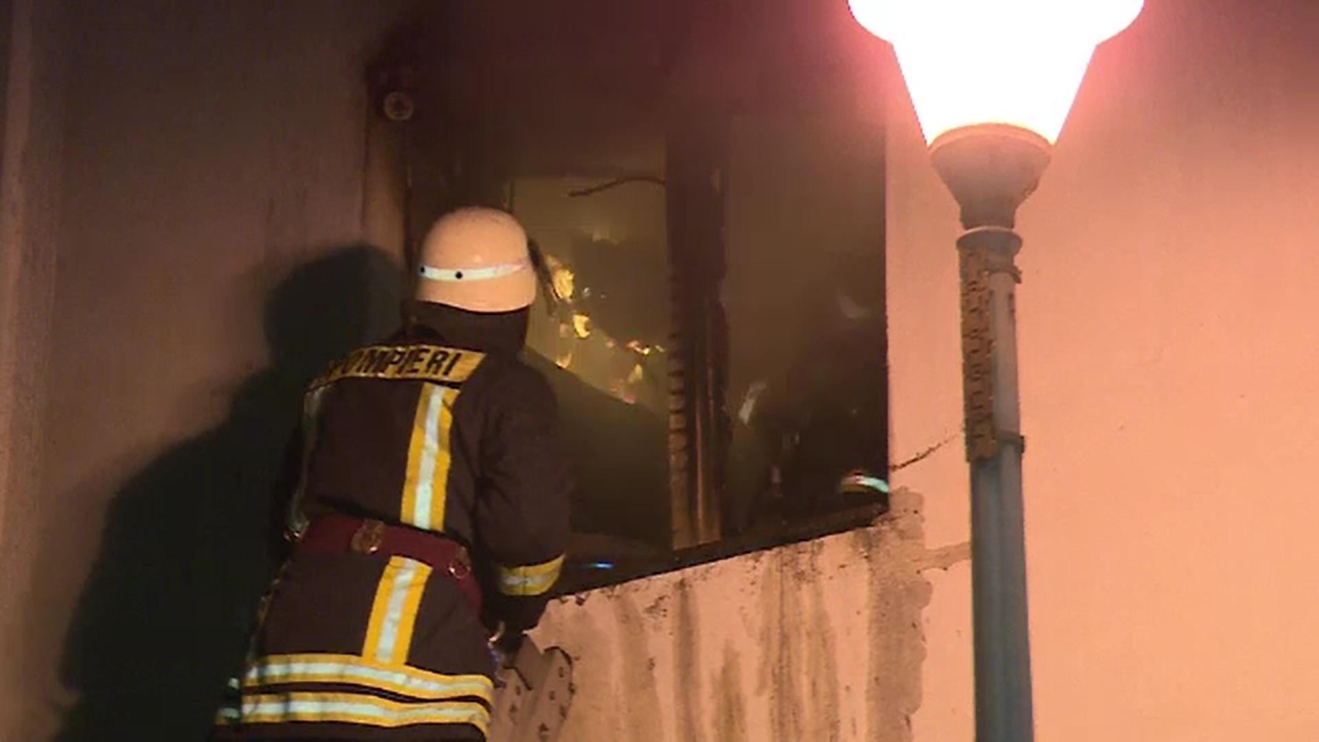 Incendiu la un bloc din Galați. Flăcările au cuprins dormitorul unei bătrâne